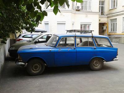 A hnedle vedle starý Moskvič